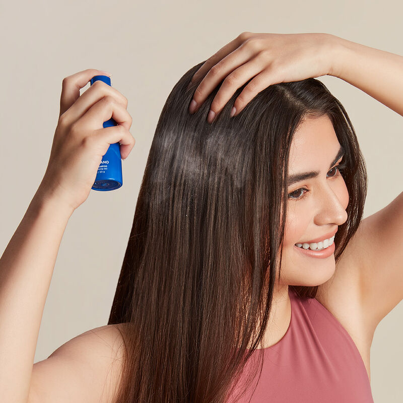 Volcano Dry Shampoo Powder product in use with model image number 3